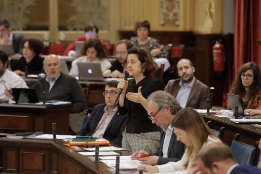Fina Santiago, durante una intervención en el Parlament.