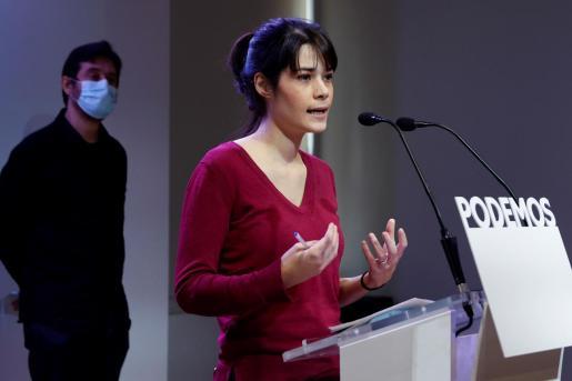 La portavoz de Podemos Isabel Serra, en rueda de prensa tras la reunión de trabajo de la formación sobre medidas en materia de vivienda, este lunes, en Madrid. A la izquierda, Rafael Mayoral.