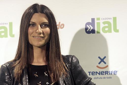 La cantante italiana Laura Pausini posa para los medios a su llegada a la entrega de los premios de la Cadena Dial 2011.