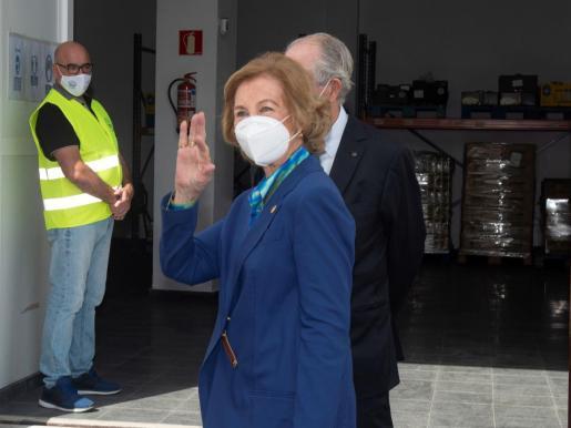 La reina doña Sofía saluda durante su visita a la sede del Banco de Alimentos de Lanzarote en la localidad de Arrecife, el pasado viernes.