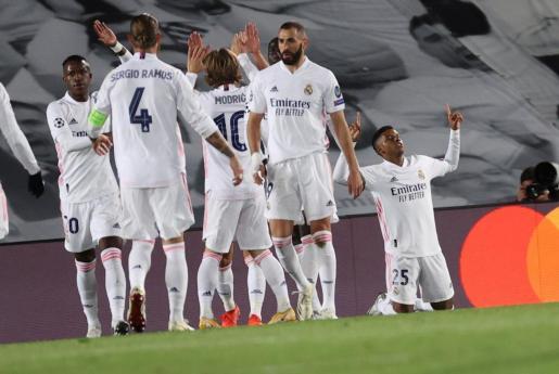 El centrocampista del Real Madrid Rodrygo celebra junto a sus compañeros tras marcar el tercer gol ante el Inter de Milán.
