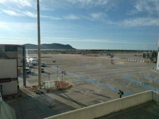 Imagen de archivo de la plataforma del aeropuerto de Ibiza.