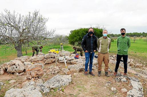 El director general de Espais Naturals i Biodiversitat, Llorenç Mas, y el gerente del Ibanat, Joan Ramon, visitaron el yacimiento junto al arqueólogo Jordi Hernández, que les explicó los trabajos a realizar.