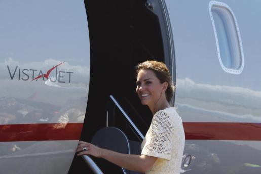 La duquesa de Cambridge, Catalina, aborda un avión con destino a la nación de Tuvalu, en Honiara (Islas Salomón) hoy, martes 18 de septiembre de 2012. Los duques de Cambridge realizan una gira real para conmemorar el Jubileo de la reina Isabel II.