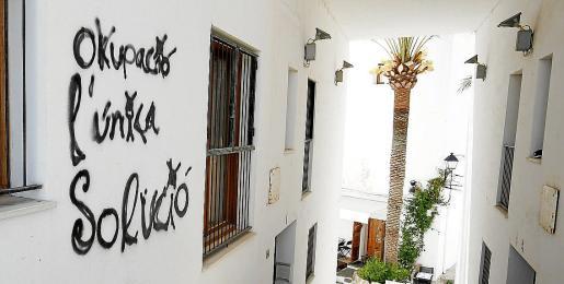 El acusado pretendía conseguir una eximente por estado de necesidad pero no acreditó de ninguna manera esa situación en el procedimiento judicial y por eso, la Audiencia confirma la condena. En la imagen, unas viviendas ocupadas en Ibiza.
