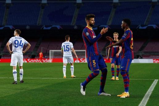 Los jugadores del FC Barcelona, Gerard Piqué y Ansu Fati, celebran el segundo gol del equipo blaugrana.