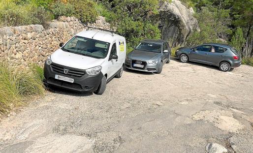 La imagen de vehículos aparcados en los márgenes del camino se ha repetido en las últimas semanas.