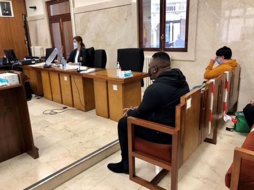 Los dos acusados durante el juicio.