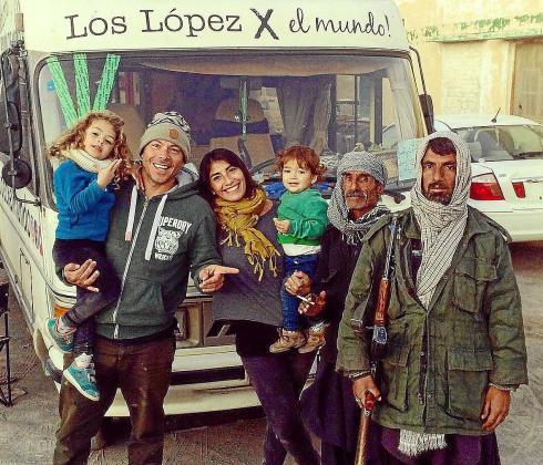 Los López destacan las experiencias que han tenido con la gente de cada país por encima de los paisajes más alucinantes que hayan podido ver. A la izquierda, la familia en la frontera entre Irán y Pakistán.