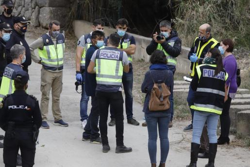 Antonio Cortés Cortés, rodeado de policías, reconstruye el crimen de su pareja y prima, Remedios Cortés Cortés.