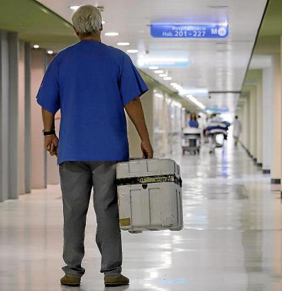 Un sanitario traslada un órgano para ser trasplantado.