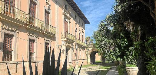 Con 15.200 metros cuadrados construidos y 8.815 de jardines, el Palau fue residencia de los condes de Aiamans y barones de Lloseta. En el siglo XX pasó a la familia March, que en 1975 lo vendió a la sociedad Lloseta SA. Hoy pertenece al grupo de inversión Oasis.