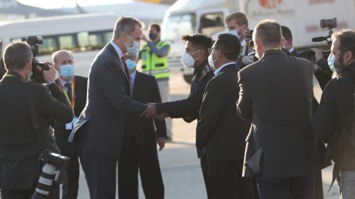 El Rey, saludando a su llegada al país.