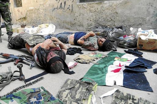 Fotografía facilitada por la agencia oficial de noticias siria SANA, que muestra los cuerpos de supuestos rebeldes en Damasco.