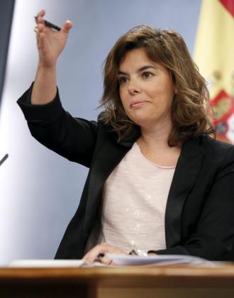 La vicepresidenta del Gobierno, Soraya Sáenz de Santamaría, durante la rueda de prensa que ha ofrecido junto al ministro de Educación, José Ignacio Wert, tras la reunión del Consejo de Ministros.