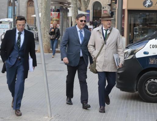 Manuel Penalva y Miguel Ángel Subirán dirigiéndose a la Audiencia de Palma.