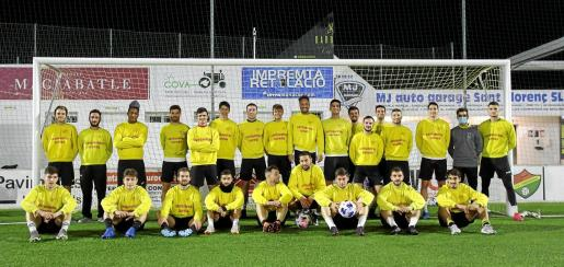 Los futbolistas del Cardassar minutos antes de empezar el entrenamiento en el histórico campo de fútbol de Es Moleter.