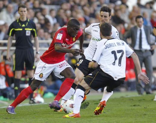 El jugador del Mallorca Michael Pereira lucha por el balón ante jugadores del Valencia, durante la pasada temporada.