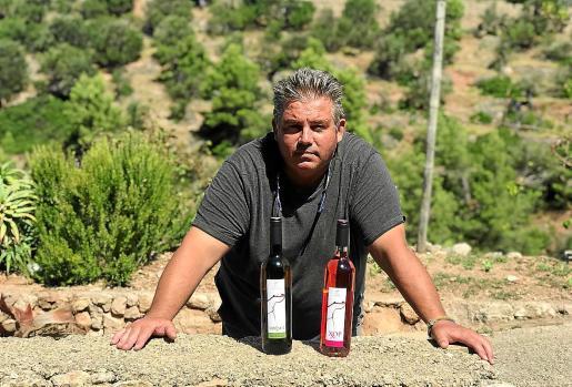 Pau Bujosa, presidente de la Cooperativa Malvasia, con los dos vinos que elabora con sus socios.