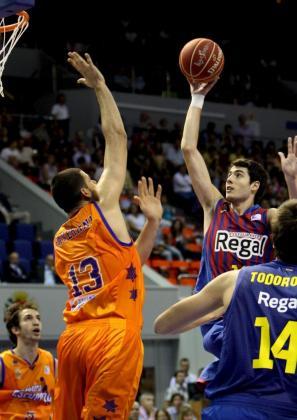 El alero del FC Barcelona Regal alex Abrines (d) entra a canasta ante la defensa del pivot brasileño del Valencia Basket Vitor Faverani.