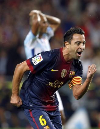 El centrocampista del FC Barcelona, Xavi Hernández, celebra su gol.