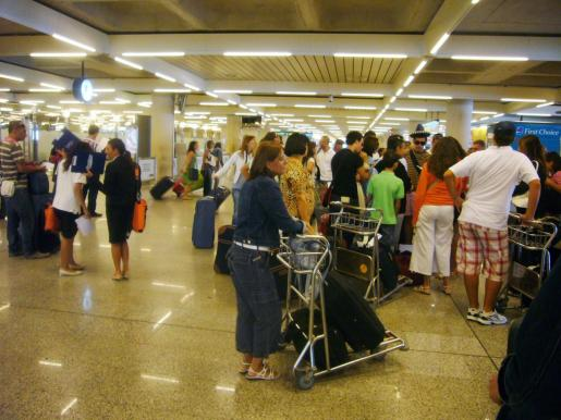 Absuelta una vigilante del aeropuerto de Palma acusada de quedarse 700 euros de una cartera