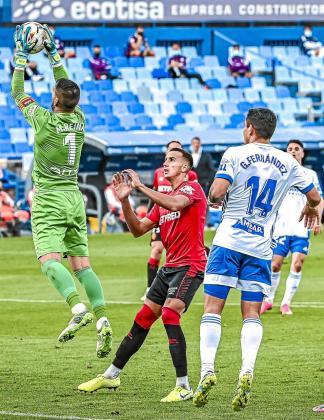 Franco Russo (centro) entre Manolo Reina y el 'Toro' Fernández en el partido contra el Zaragoza.