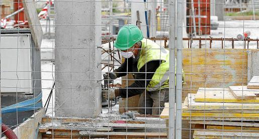 Los constructores señalaron recientemente que el tiempo medio de espera para obtener una licencia alcanza los dieciocho meses, cuando la normativa establece que no puede sobrepasar los tres. Arriba, un albañil trabajando en una obra.
