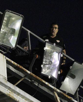 Los electricistas intentan arreglar la iluminación del estadio de Vallecas para que se pueda disputar el partidos entre el Rayo Vallecano y el Real Madrid.