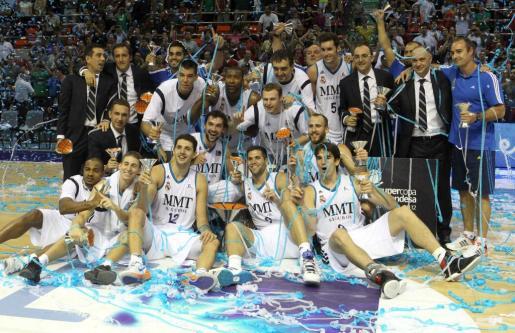Los jugadores del Real Madrid celebran la consecución del título de la Supercopa de España de baloncesto.