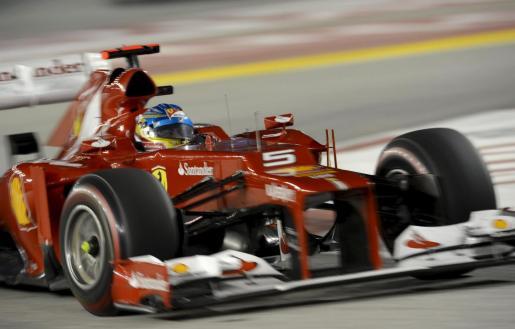 El piloto español de Fórmula Uno Fernando Alonso, de Ferrari, pilota su monoplaza durante el Gran Premio de Singapur.