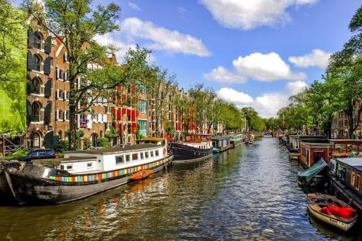 Imagen de un típico canal en Ámsterdam.