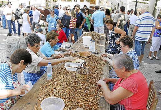 Un grupo de mujeres 'triaren' la almendra en plena plaza de la Vila.