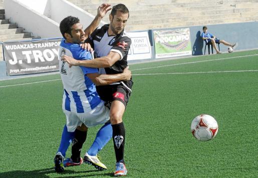 El defensa del Atlètic Balears Rafel Sastre pugna por el balón con el delantero del Alcoyano David Torres, ayer, en el Estadi Balear.