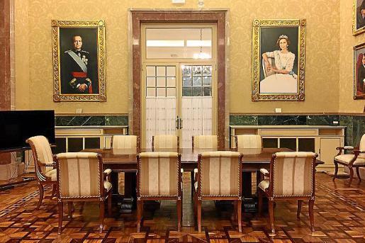 Los cuadros de los reyes eméritos están en la sala del Senat.