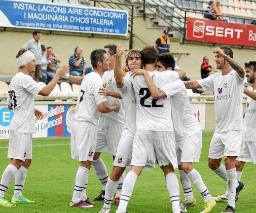 Los jugadores del Constància abrazan a Mateu Ferrer después de que el delantero 'inquer' lograra el primer tanto del partido.