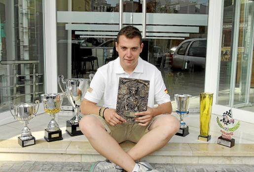 El piloto mallorquín Juanjo Moll posa con el grueso de los trofeos conseguidos a lo largo de la temporada 2012 en el Campeonato de Catalunya y el de España de autocross, siendo en ambos una de las grandes referencias dentro de la modalidad de Car Cross.