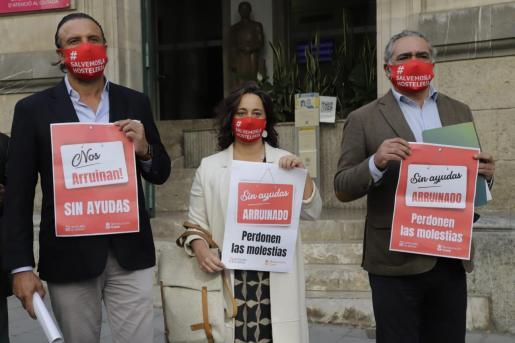 """Juan Miguel Ferrer, Eugenia Cusí y Alfonso Robledo, con el lema """"Nos arruinan sin ayudas""""."""