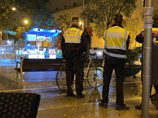 Agentes junto a un ciclista en Palma.