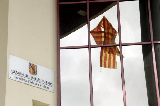 Un lazo cuatribarrado en la anterior sede de la Conselleria d'Educació, en la legislatura 2011-2015.