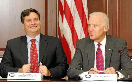 Imagen de 2014 de Ron Klain, futuro jefe de gabinete de la Casa Blanca, y el presidente electo.