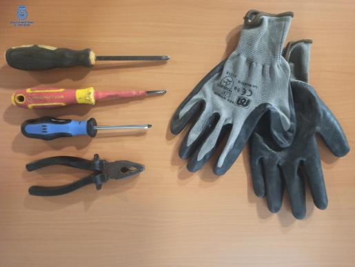 Herramientas y guantes que han servido a los detenidos para forzar la cerradura.
