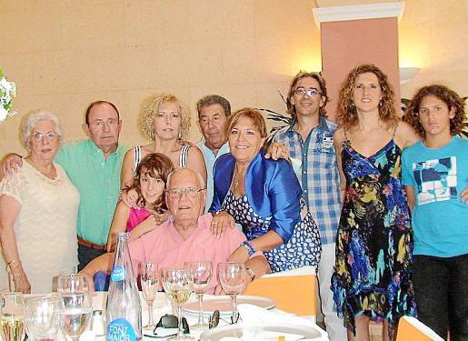 Caty Frontera (esposa), Pep Torres (yerno), Rosa Vallory (hija), Rosita Benito (bisnieta),  Miquel Tugores (yerno), Fina Vallory (hija), David Novi (nieto politico), Joana Maria Torro (nieta) y Nando Benito (bisnieto).