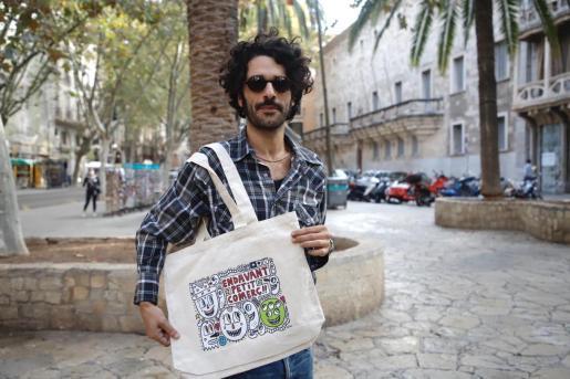 Albert Pinya, con la bolsa que ha diseñado.