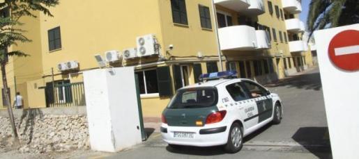 El pirómano confeso ingresó el domingo en el cuartel de la Guardia Civil de Maó, donde fue interrogado en un proceso que se extendió también durante todo el día de ayer, hasta que confesó su autoría en hasta trece incendios de Balears.