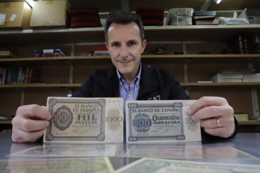 Emilio Trilla con pesetas impresas en Burgos en 1940, tras la Guerra Civil.