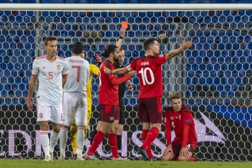 El técnico saca tarjeta roja a un jugador, durante el partido que ha enfrentado este sábado a la Selección con Suiza.