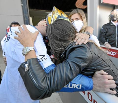 Joan Mir se abraza a sus padres, Joan y Ana, y a su pareja, Alejandra, ayer, al acabar el Gran Premio de la Comunitat Valenciana de MotoGP y proclamarse campeón del mundo de la cilindrada reina, tras la carrera disputada ayer en el Circuito Ricardo Tormo de Cheste.
