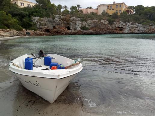 Imagen de la patera llegada este lunes a la costa de Felanitx.