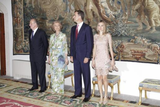 Los Reyes y los Príncipes de Asturias, en una imagen de la cena de despedida en La Almudaina este verano.